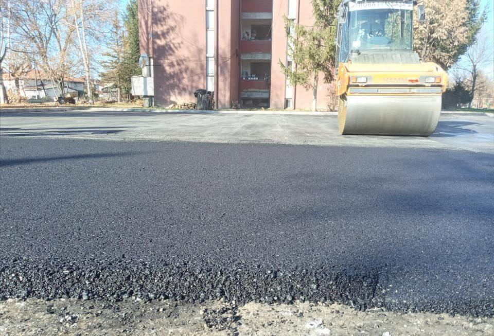 """Нов асфалт добива паркинг просторот, кај детската градинка ,,23 Август"""" во Берово"""