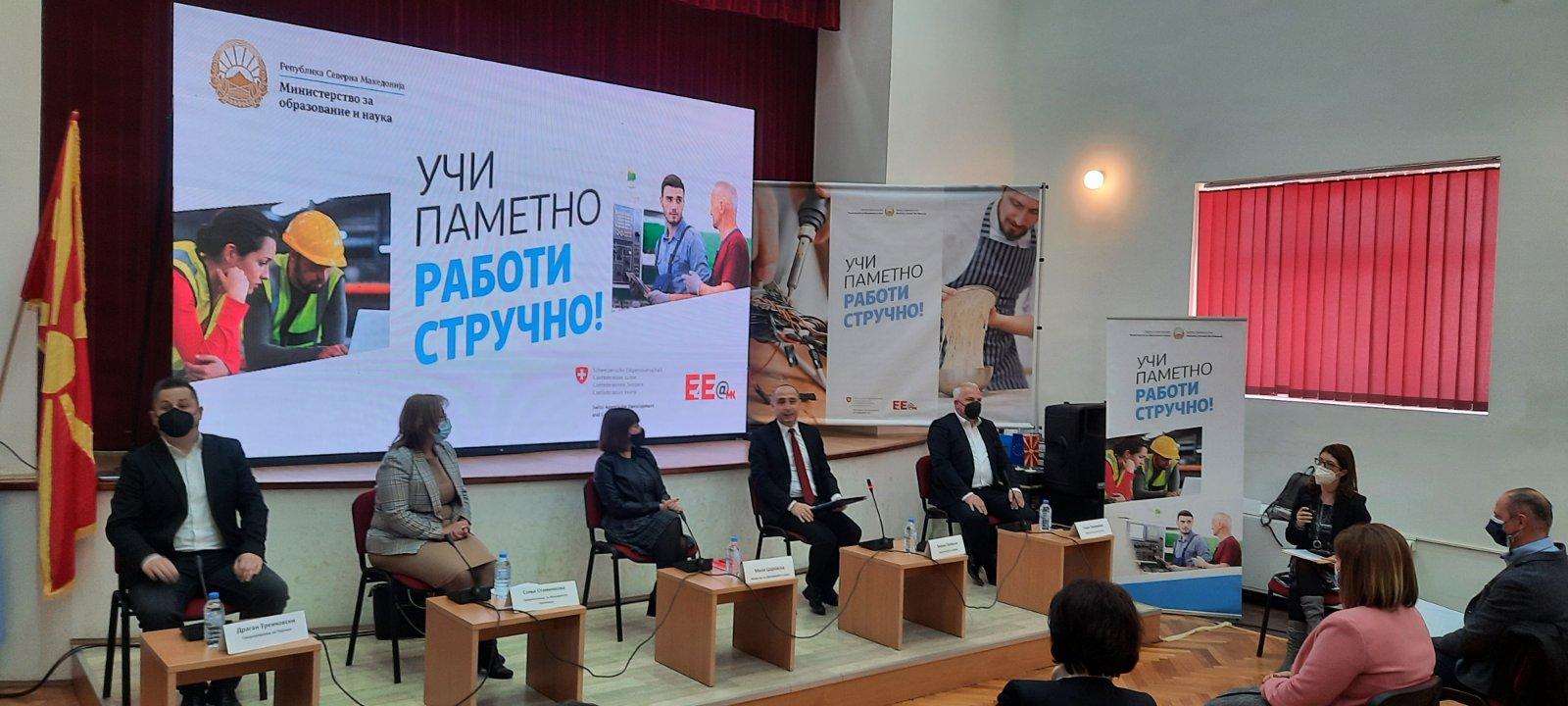 """Министерката Царовска на панел дискусија во Берово ,,Учи паметно, работи стручно"""""""