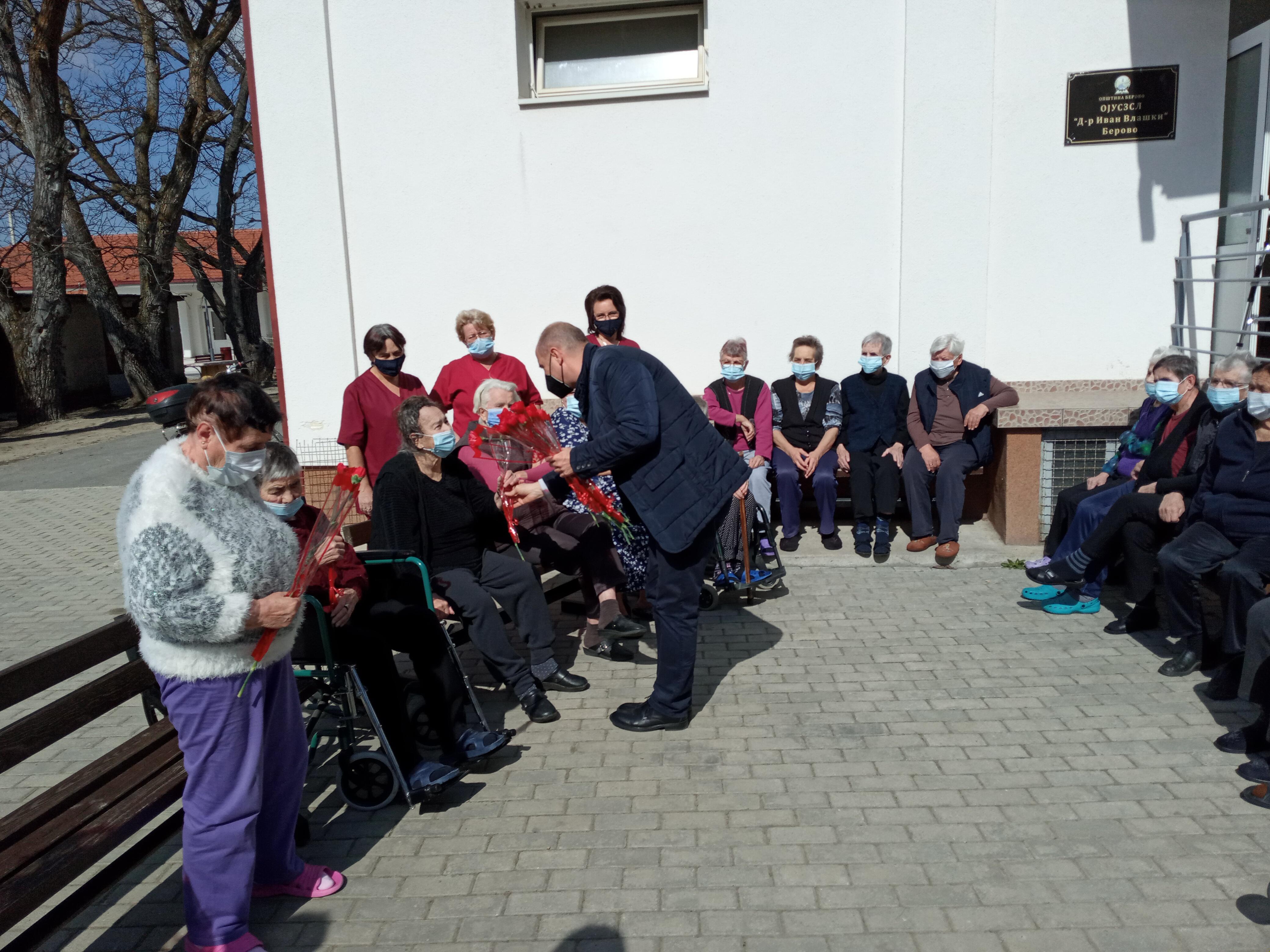 По повод 8 март, Градоначалникот ги посети корисниците и вработените во домот за стари лица во Берово