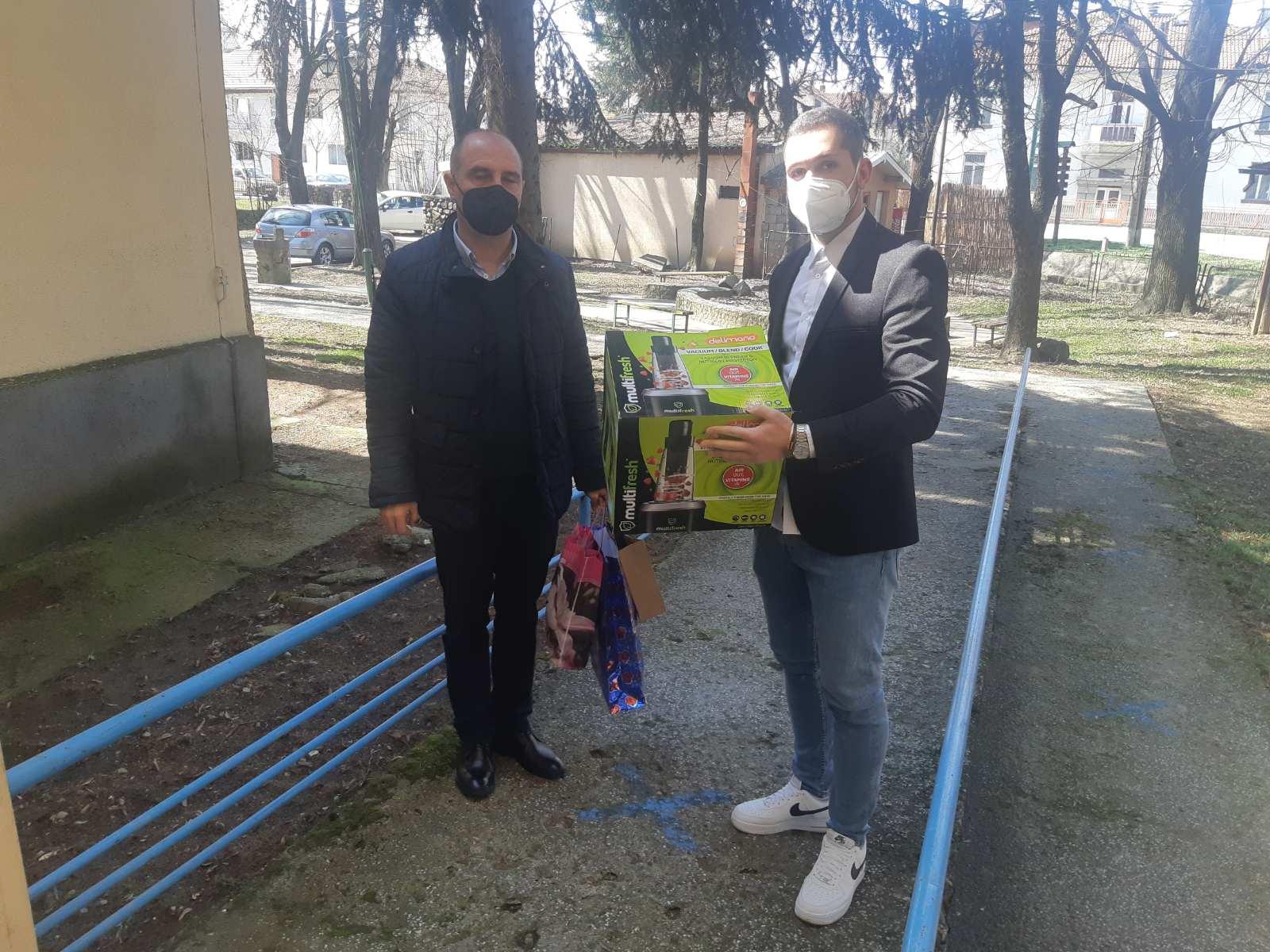 Никола Чамовски подари мултифункционален апарат на Дневниот центар за лица со телесна или ментална попреченост во Берово
