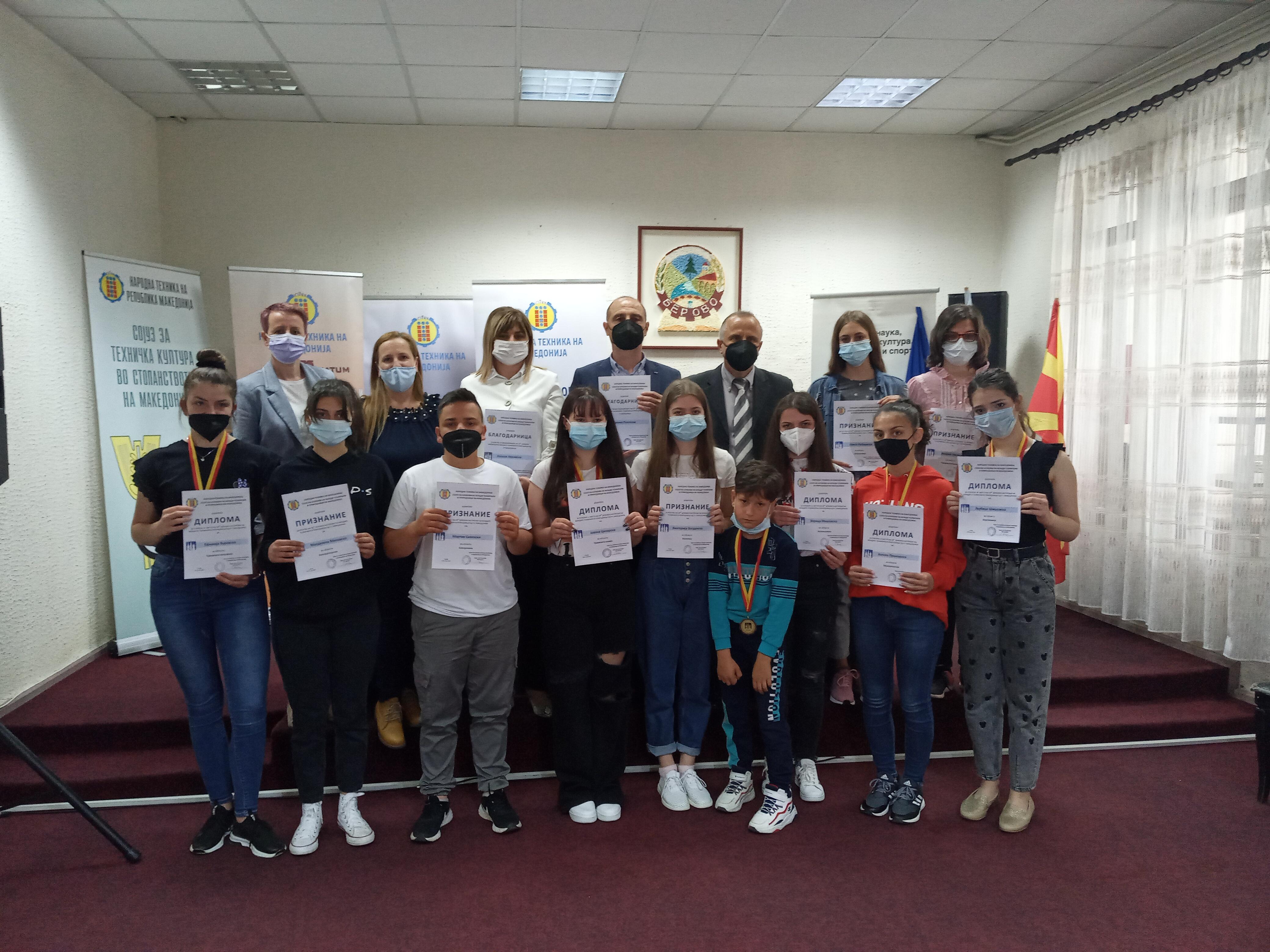 Доделени наградите на учениците кои постигнаа успех на натпреварите на млади техничари и истражувачи