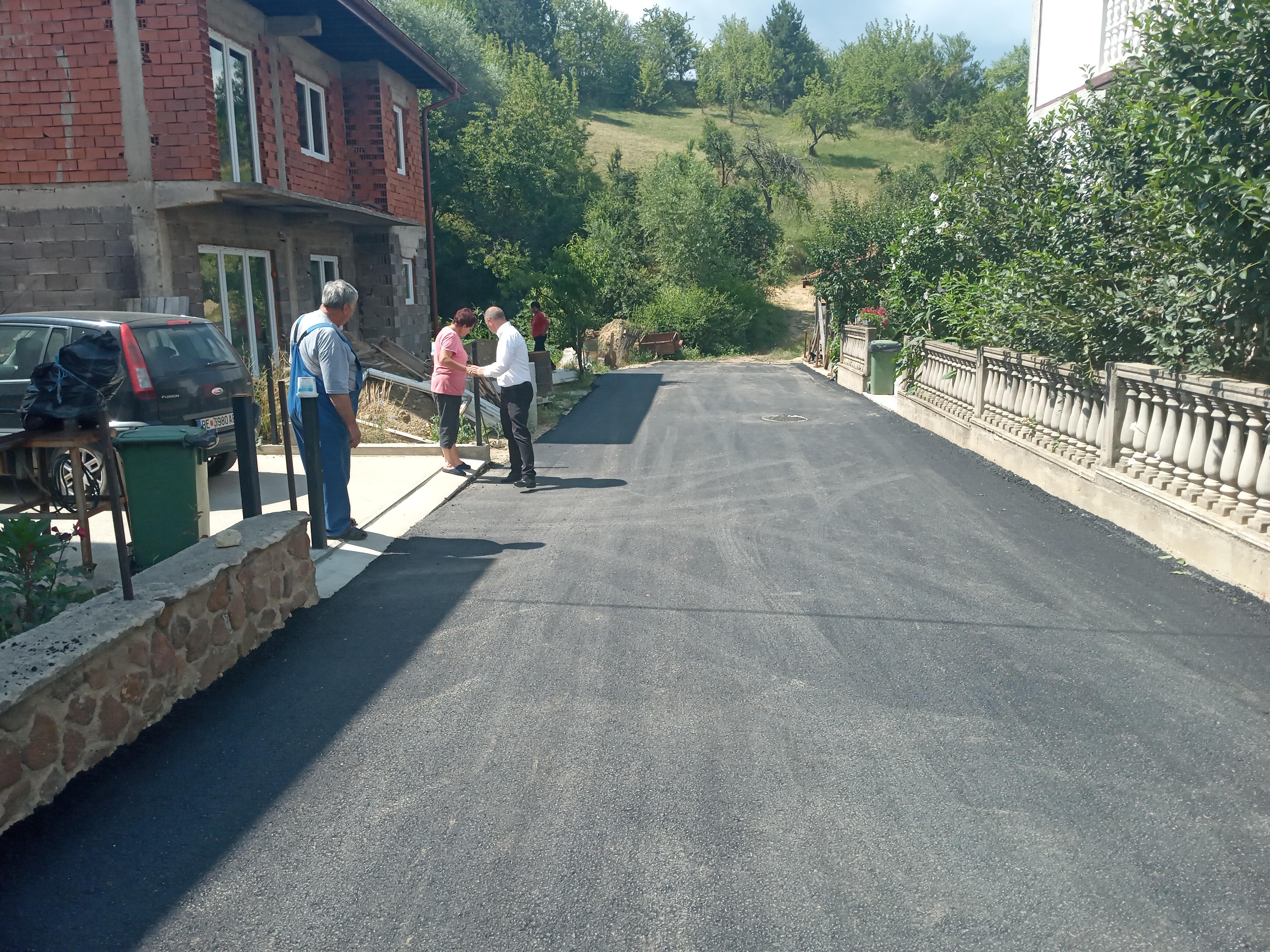 """Жителите од ул.,,5"""" и ул ,,Ѓорѓи Димитров"""" во Берово, после долги години, конечно добија асфалт"""